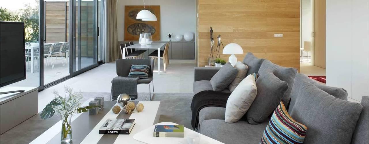8 VILLAS GOLF PERELADA (GIRONA) Salones de estilo moderno de ruiz narvaiza associats sl Moderno