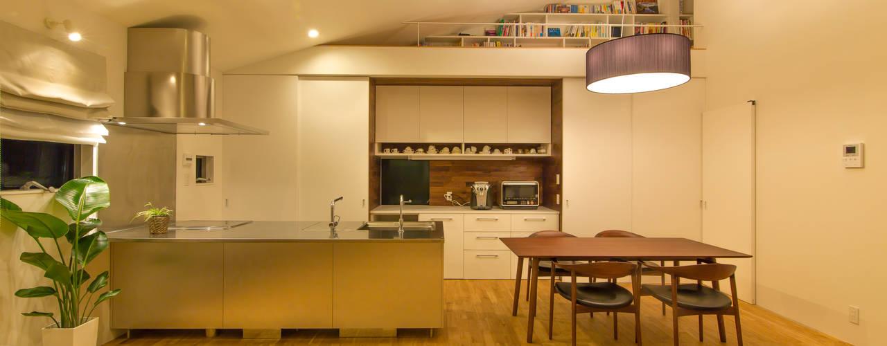 リビングとバルコニーの家: インデコード design officeが手掛けたダイニングです。,モダン