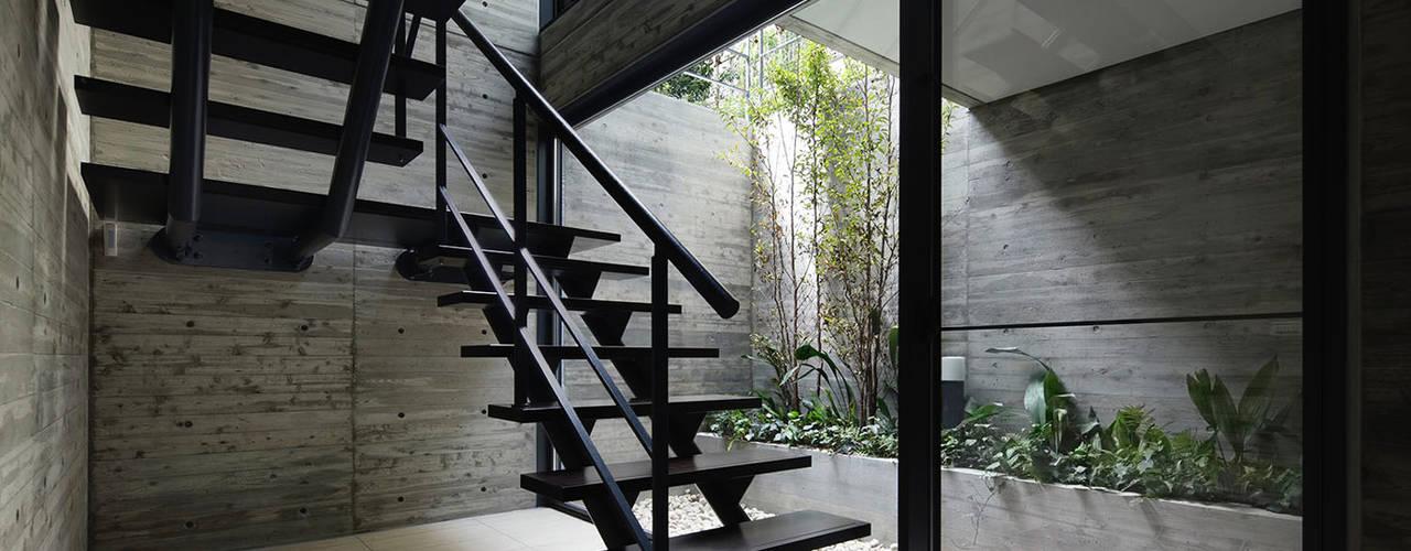 神宮前の家: 株式会社  小林恒建築研究所が手掛けた廊下 & 玄関です。