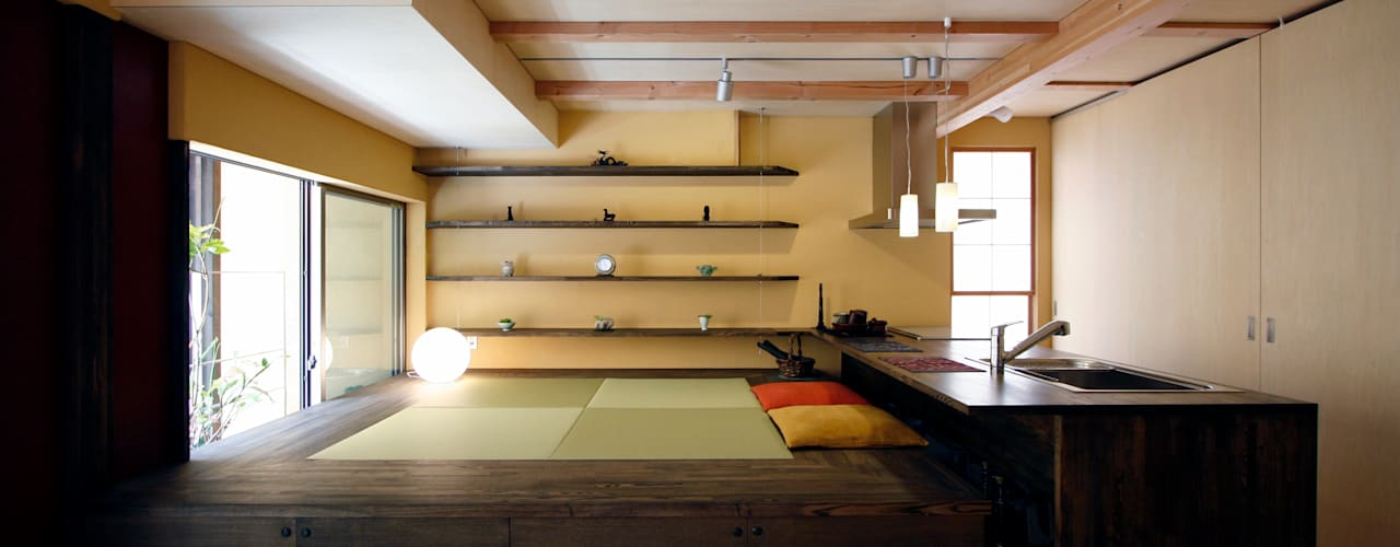 中国黄土の家 モダンデザインの リビング の 根來宏典建築研究所 モダン