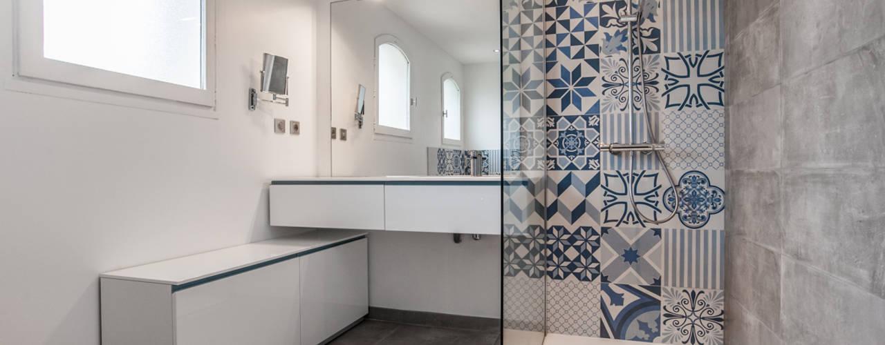 Salle de bains et carreaux ciment bleus par Pixcity Moderne