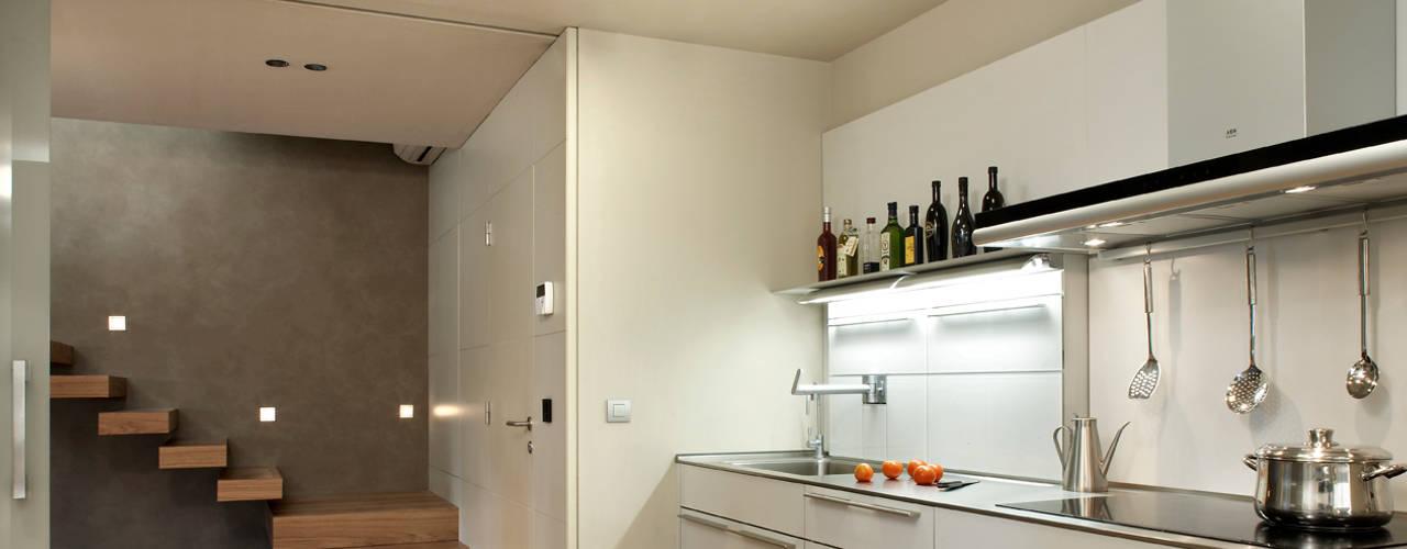 Cocinas de estilo moderno de ruiz narvaiza associats sl Moderno