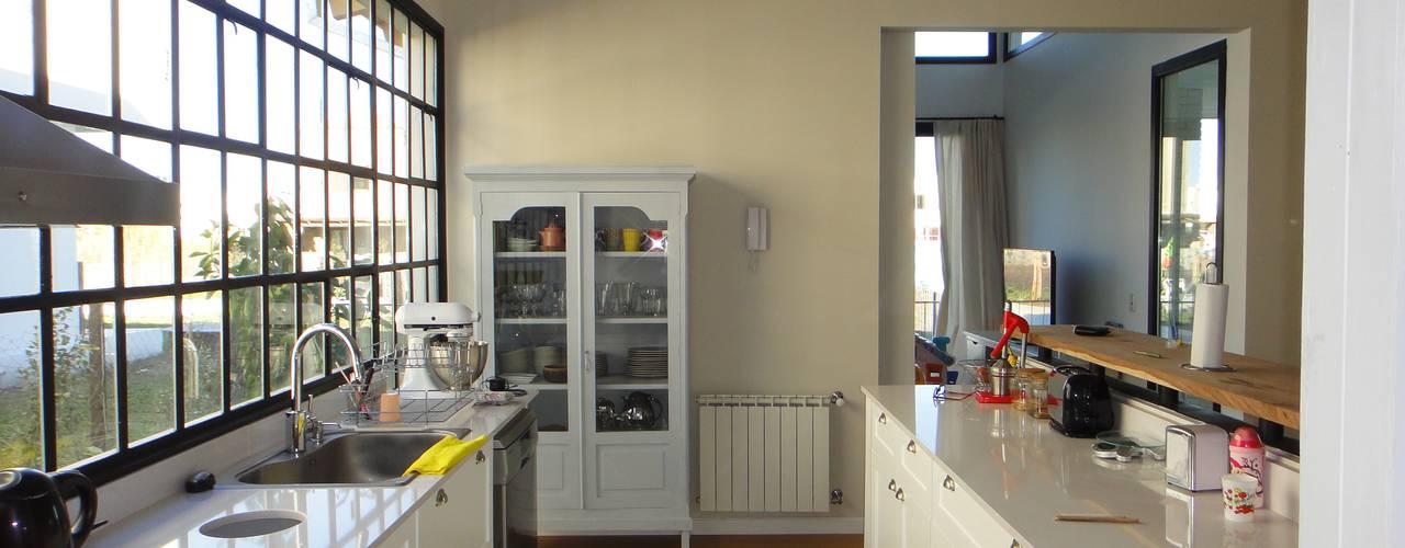 現代廚房設計點子、靈感&圖片 根據 2424 ARQUITECTURA 現代風
