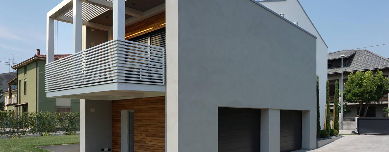 BCHouse_Villa privata Balcone, Veranda & Terrazza in stile minimalista di Plus Concept Studio Minimalista