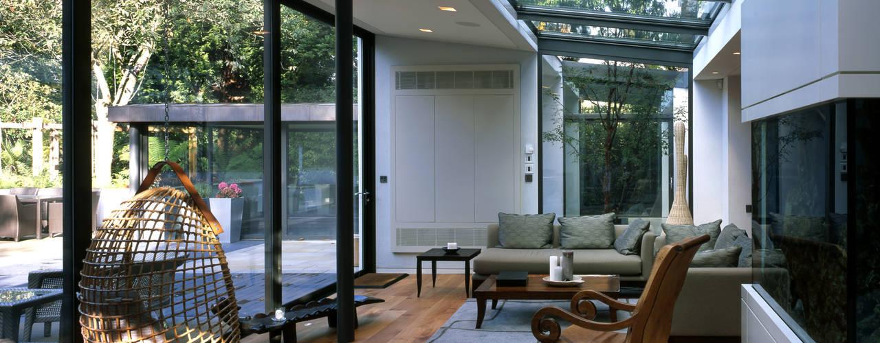 Salas de estar modernas por KSR Architects