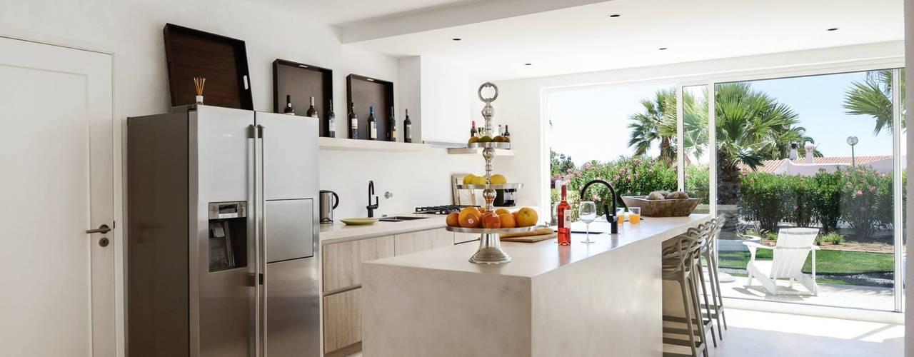 Cozinha em betão com acabamento em microcimento: Cozinhas  por Studioarte