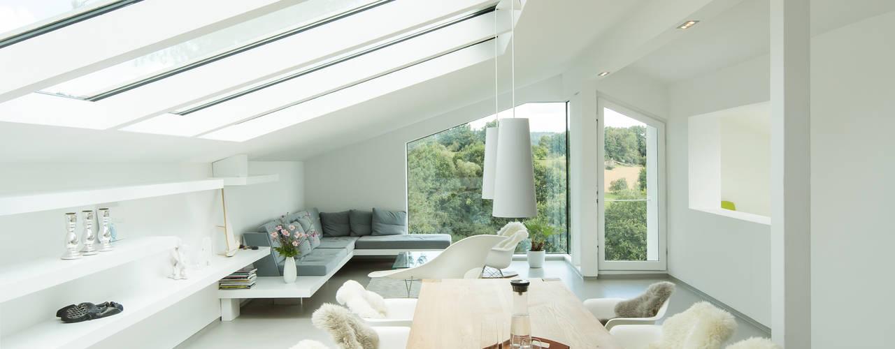 Moderne woonkamers van Karl Kaffenberger Architektur | Einrichtung Modern