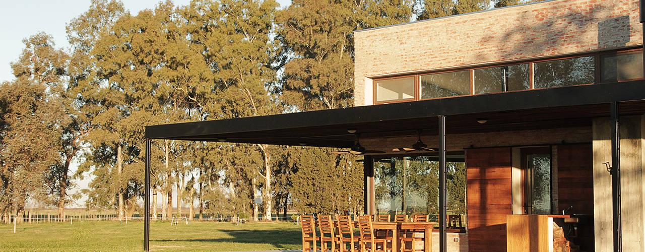 Casas de estilo rural por BAM! arquitectura