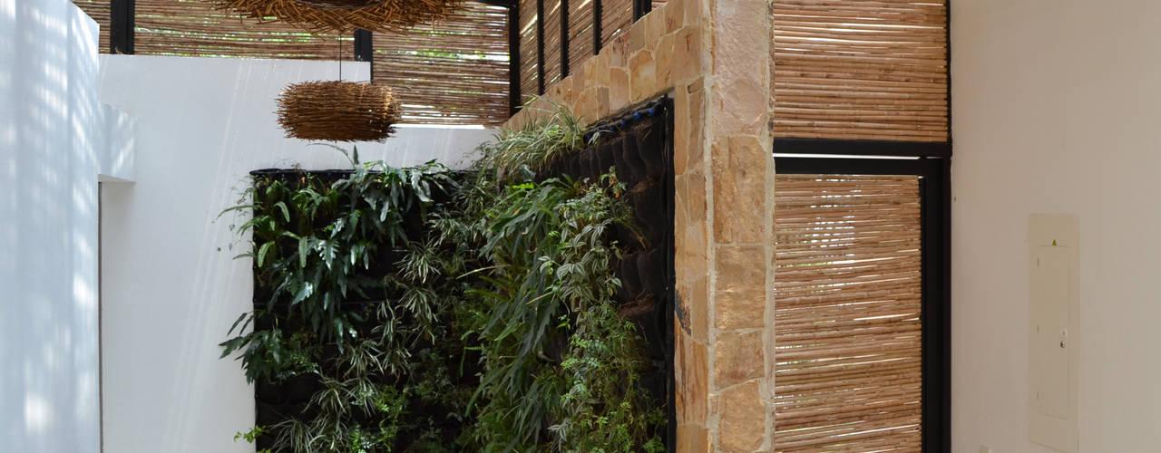 CASA DEL BOSQUE Pasillos, vestíbulos y escaleras de estilo minimalista de ESTUDIO DUSSAN Minimalista