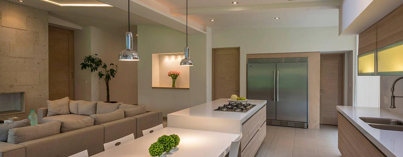 Modern kitchen by ROMERO DE LA MORA Modern