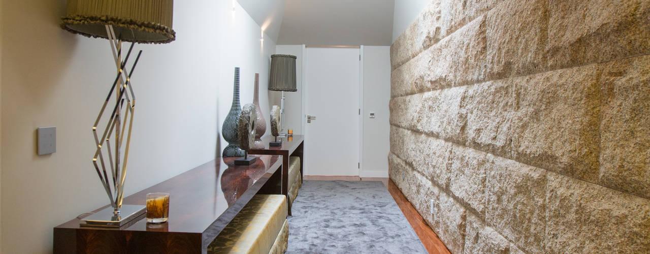 Moradia MC: Corredores e halls de entrada  por RDLM Arquitectos associados