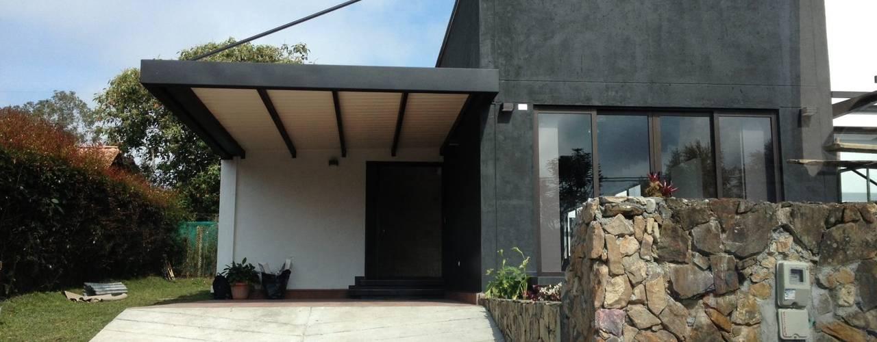 Casas de estilo  por Andrés Hincapíe Arquitectos  A H A