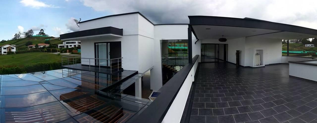 CASA L. Andrés Hincapíe Arquitectos: Terrazas de estilo  por Andrés Hincapíe Arquitectos  A H A
