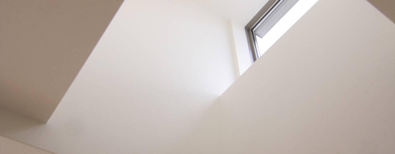 House in Izumiotsu: Mimasis Design/ミメイシス デザインが手掛けた廊下 & 玄関です。