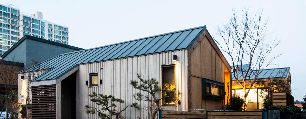 Casas  por 비온후풍경 ㅣ J2H Architects
