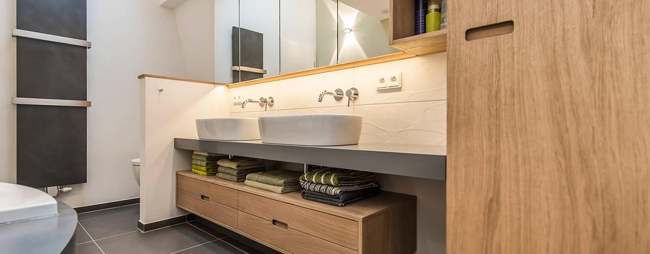 Doppel-Waschtisch und Unterschrank im Badezimmer: moderne Badezimmer von Büro Köthe
