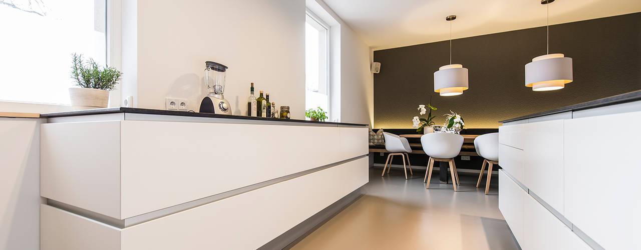 Moderne Raumgestaltung in altem Weinmeisterhaus Moderne Küchen von Büro Köthe Modern