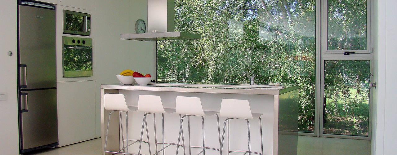 Kitchen by MENEGHETTI ARQUITECTOS