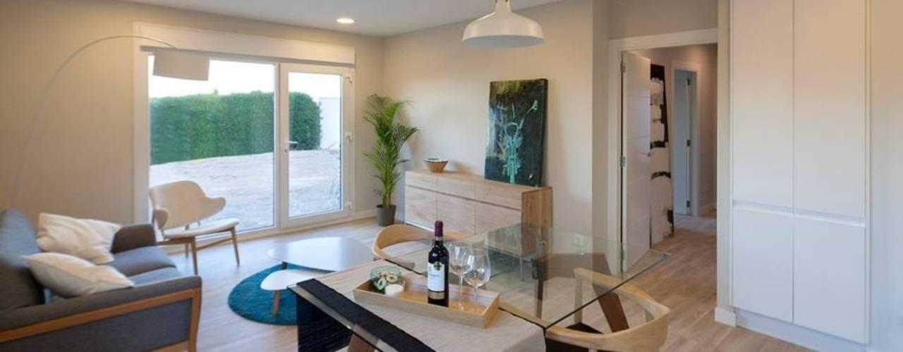 Столовая комната в стиле модерн от Casas inHAUS Модерн