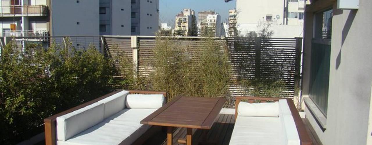 Piso urbano: Terrazas de estilo  por gatarqs