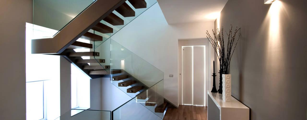 Nowoczesny korytarz, przedpokój i schody od Vincenzo Leggio Architetto Nowoczesny