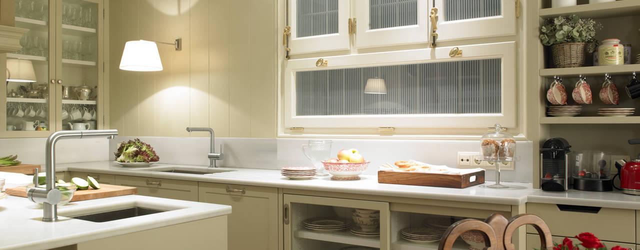 Estantería abierta para la vajilla: Cocinas de estilo clásico de DEULONDER arquitectura domestica
