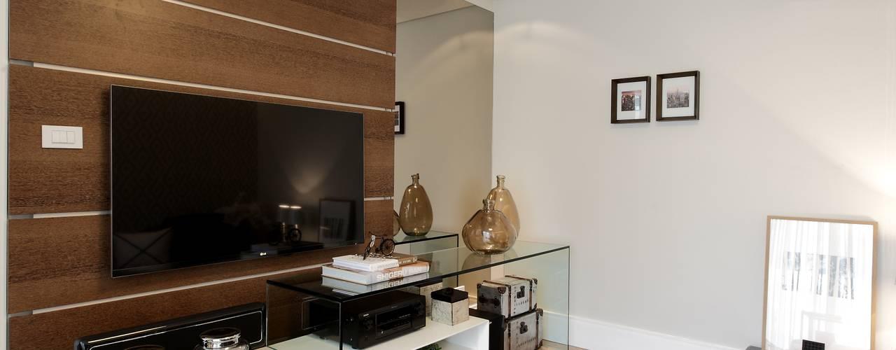 Salas multimedia modernas de RODRIGO FONSECA | ARQUITETURA E INTERIORES Moderno