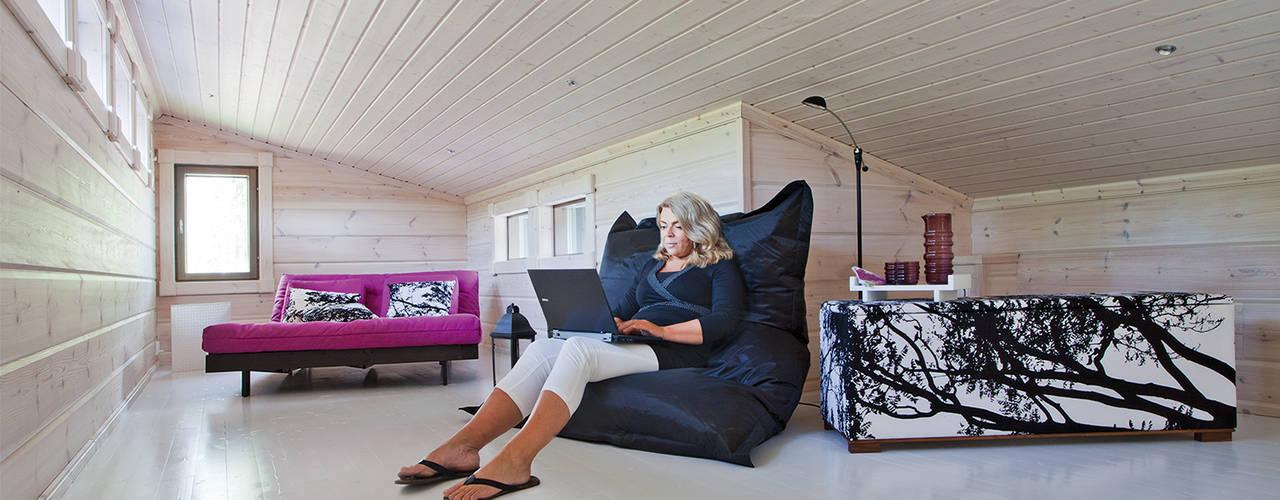 Salas de estar escandinavas por Woody-Holzhaus - Kontio