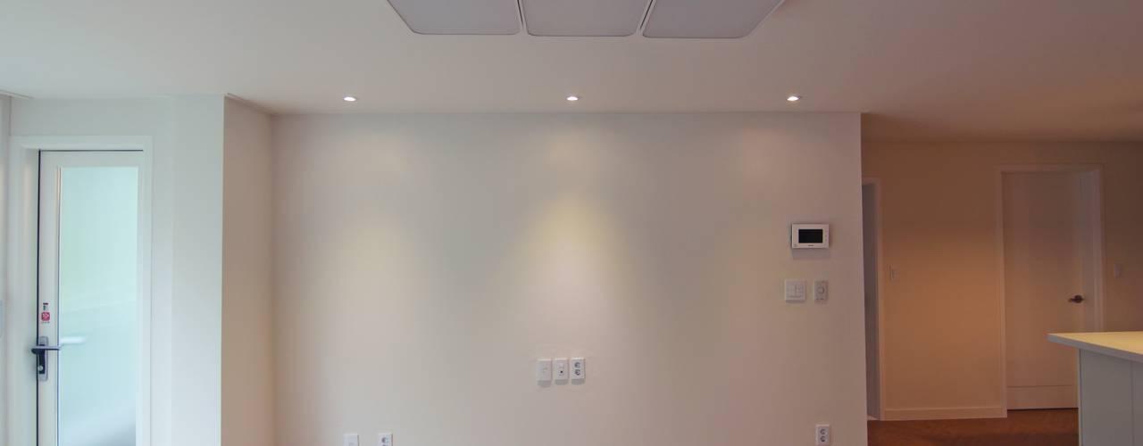 Living room by Light&Salt Design, Modern