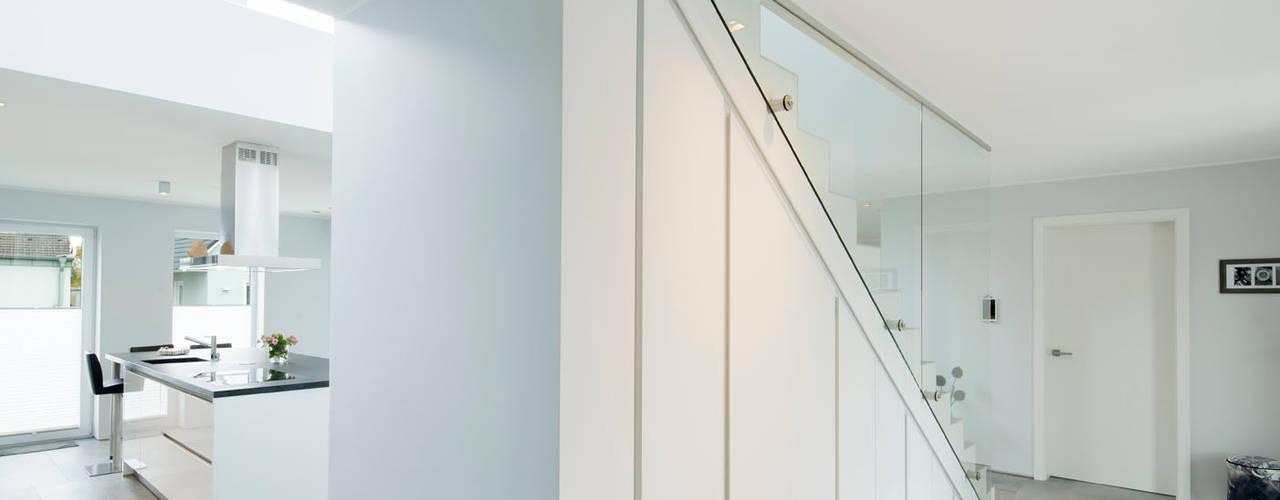 Corredores e halls de entrada  por Architektur Jansen