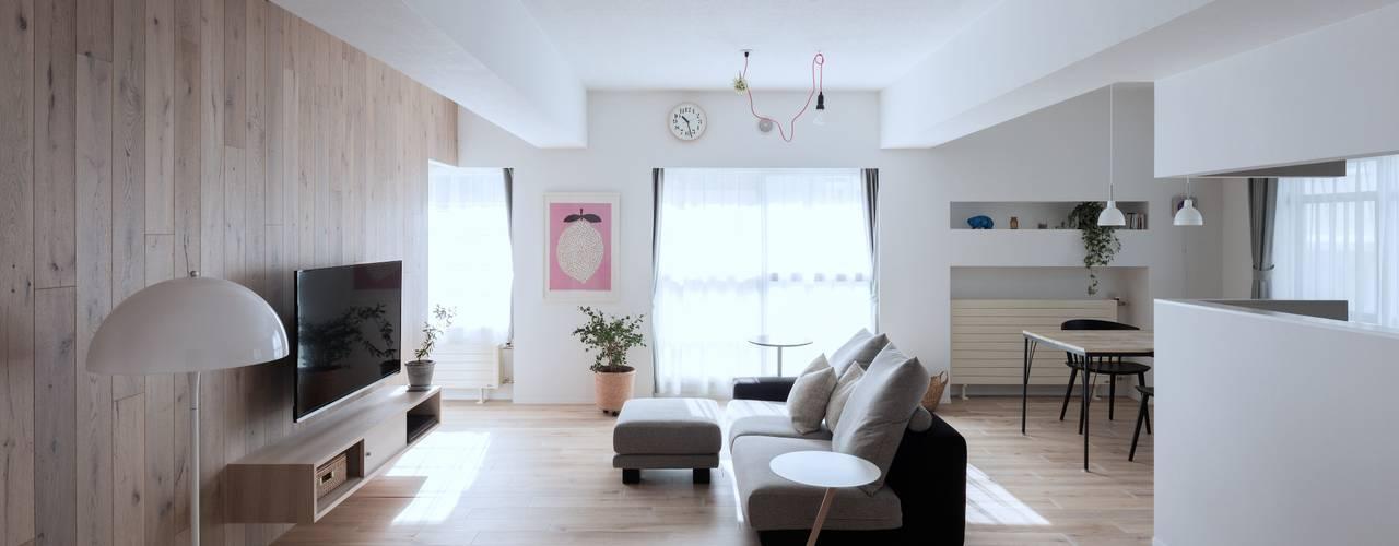 Living room by 一色玲児 建築設計事務所 / ISSHIKI REIJI ARCHITECTS