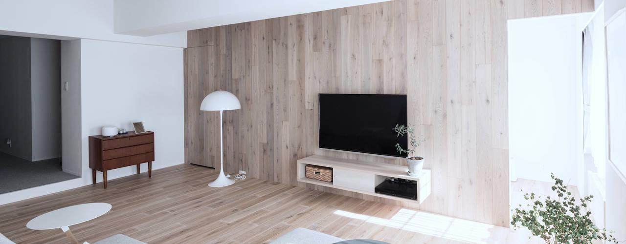 Livings de estilo  por 一色玲児 建築設計事務所 / ISSHIKI REIJI ARCHITECTS