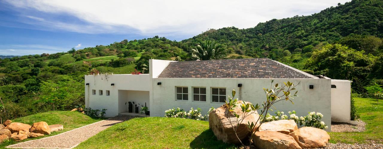 Casa Residencial: Piscinas de estilo  por SDHR Arquitectura