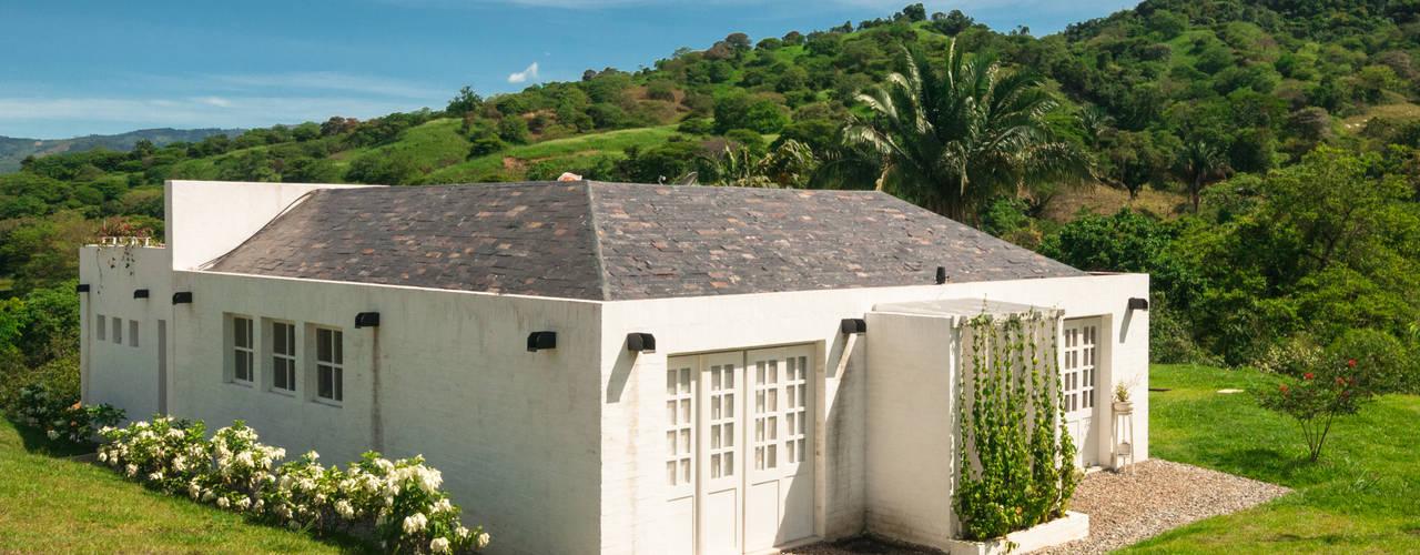Fachada y Entrada a la Casa: Casas de estilo  por SDHR Arquitectura