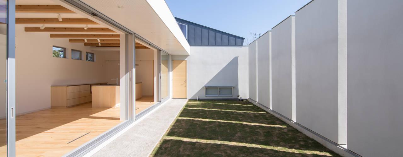 池花の家 プライベートなライトコートを持つ広がりの家: アトリエ24一級建築士事務所が手掛けた庭です。