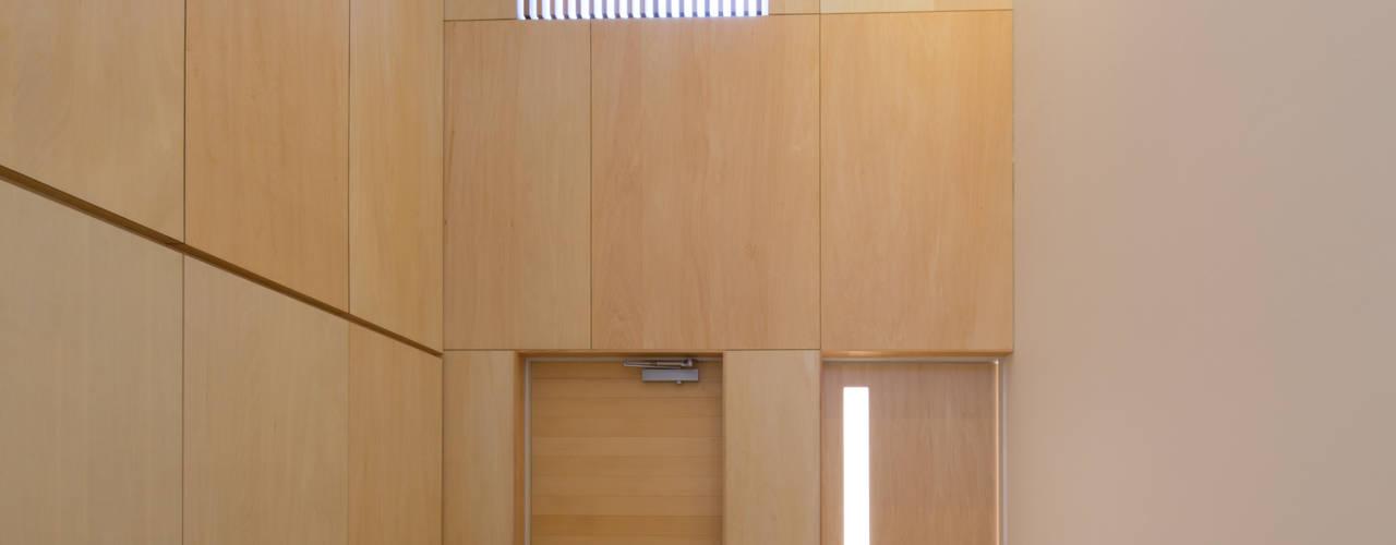 Couloir et hall d'entrée de style  par アトリエ24一級建築士事務所