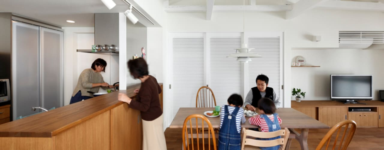 一級建築士事務所アトリエm Cucina in stile asiatico Legno Effetto legno