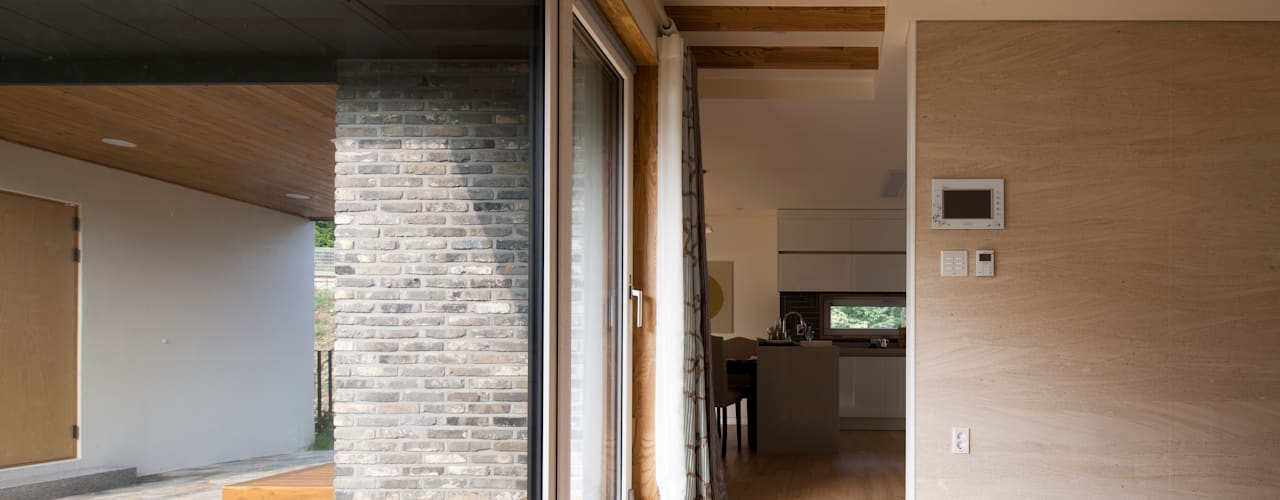 용인 보정동 사랑방을 둔 ㄱ자집: 리슈건축 의  거실