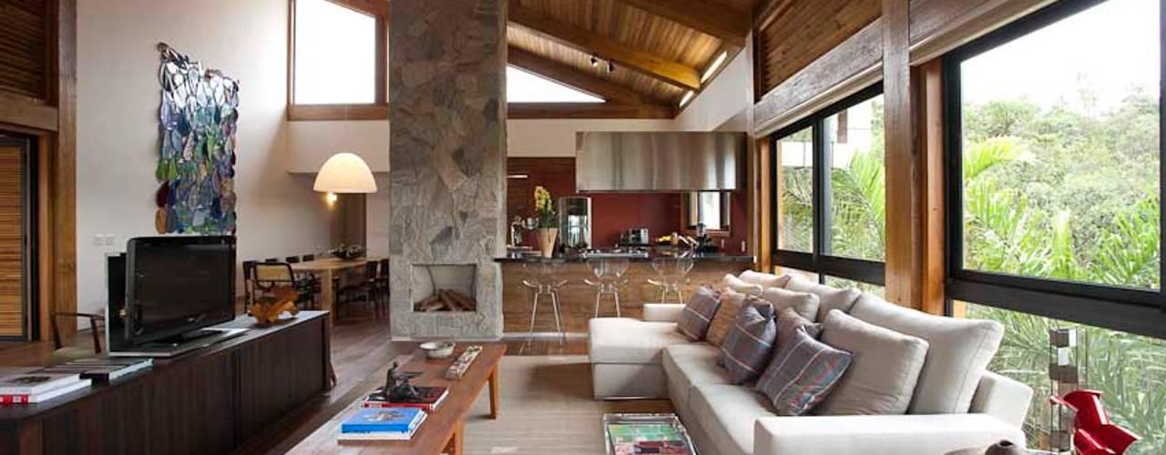 Mountain House Дома в рустикальном стиле от David Guerra Arquitetura e Interiores Рустикальный