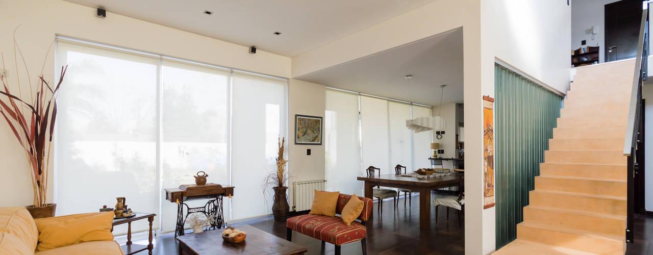 Salones de estilo moderno de Carbone Fernandez Arquitectos