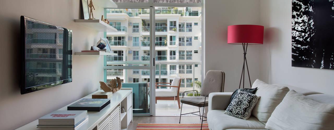 Apartamento Cool Salas de estar modernas por Carolina Mendonça Projetos de Arquitetura e Interiores LTDA Moderno