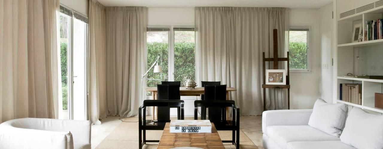 Living room by Arq. PAULA de ELIA & Asociados