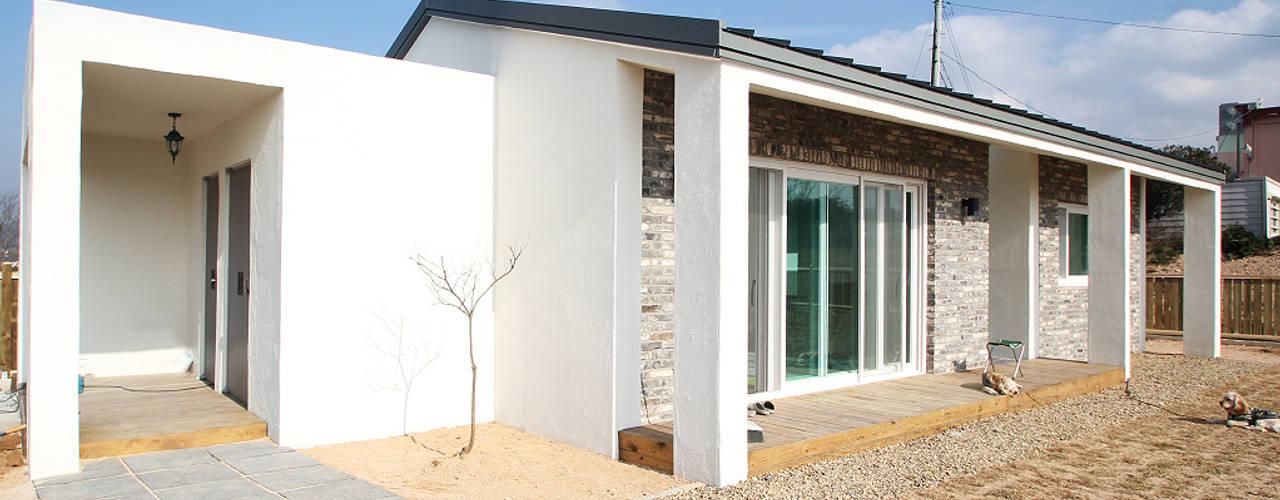 Moderne huizen van 로움 건축과 디자인 Modern