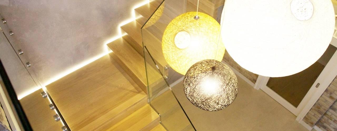 Couloir, entrée, escaliers modernes par lifestyle-treppen.de Moderne