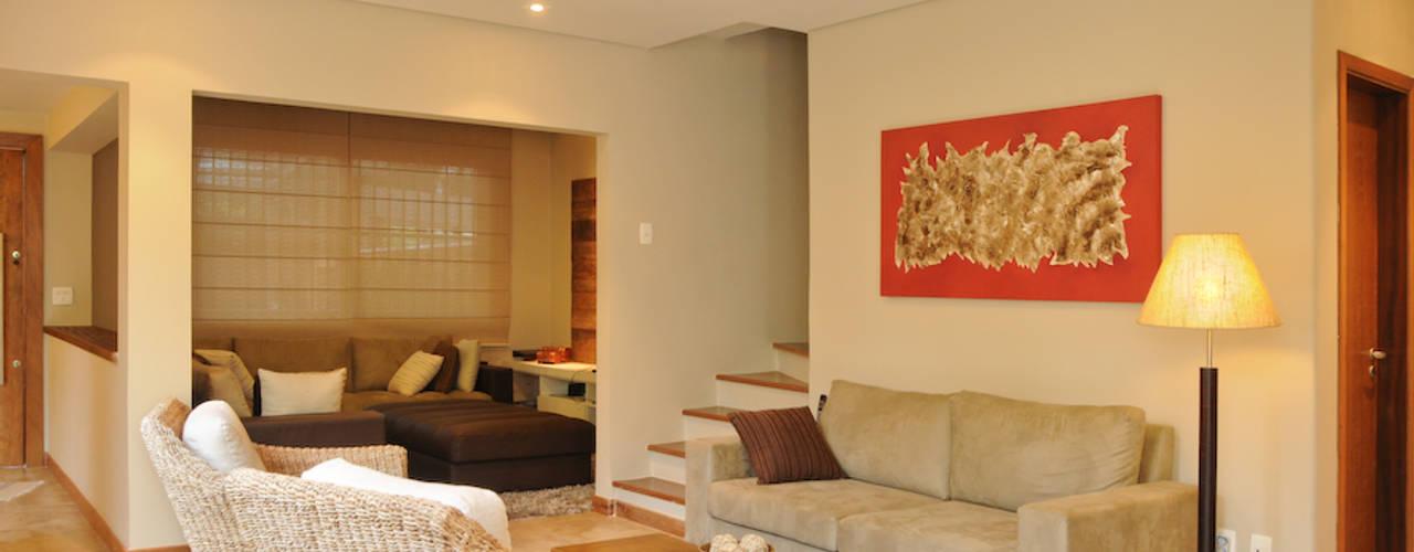 ห้องนั่งเล่น by Martins Valente Arquitetura e Interiores