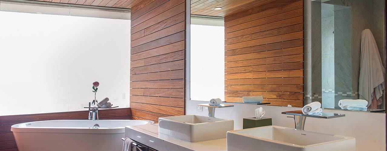 Baños de estilo moderno por Hansi Arquitectura