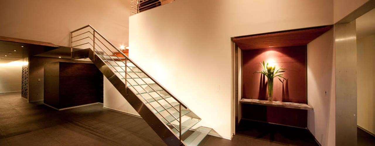 Pasillos y vestíbulos de estilo  por grupoarquitectura,