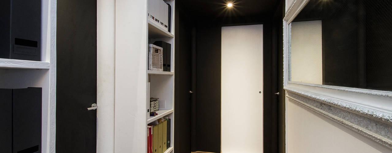 Nowoczesny korytarz, przedpokój i schody od Fabio Carria Nowoczesny