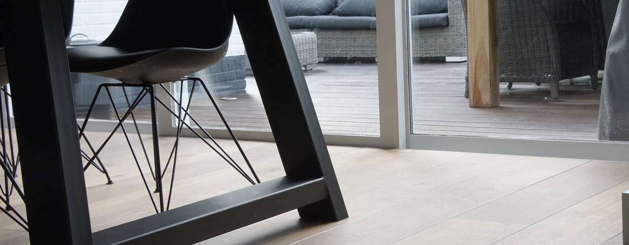 Villa | Houten vloer: industriële Eetkamer door Zilva Vloeren