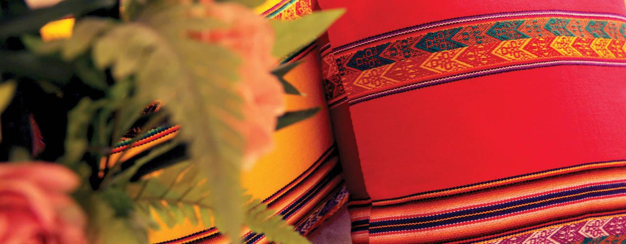 • Almohadones decorativos inspirados en lugares, la familia, los amigos, la música y la magia de cada hogar:  de estilo  por Neyque,Rústico